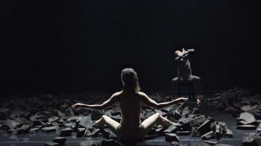 Teatret i 2007 skildrede bekymret et globaliseret samfund, der knuser menneskene og deres kærlighed. Hos Dansk Danseteater sad Hilary Briggs og Kenneth Carlson begge alene midt mellem slaggerne i Tim Rushton og Michael Kviums -Passion-.