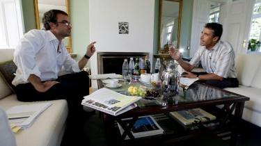 Efter 671 forgæves forsøg lykkedes det endelig i august 2007 Ekstra Bladets Bo Elkjær at få et interview med statsminister Anders Fogh Rasmussen om Danmarks deltagelse i Irakkrigen (t.v.).
