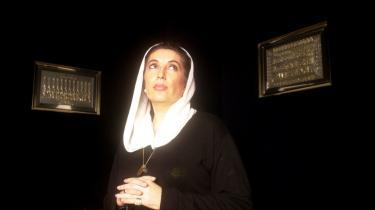 Benazir Bhutto, der i to omgange var Pakistans premierminister, blev i går snigmyrdet under sin valgturné, kort efter at hun var steget ned fra talerstolen i Rawalpindi i det nordlige Pakistan og på vej væk i sin bil. Billedet her er taget i Paris i 2000