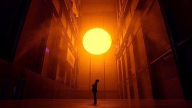 Solen stiger. Olafur Eliasons store Weather Project på Tate Modern Art Museum i London kom på forsiden af af flere internationale aviser og er et af de mest synlige symboler på den stigende opmærksomhed og anerkendelse afr dansk samtidskunst, som er opstået gennem de senere år.