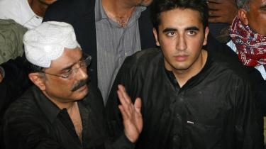 Bilawal Zardari (th.), den 19-årige søn af den myrdede pakistanske oppositionsleder Benazir Bhutto, skal stå i spidsen for Bhuttos parti sammen med Bhuttos enkemand, Asif Ali Zardari (tv.).