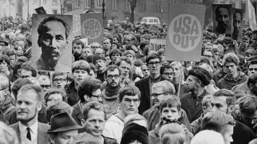 Blekingegadebanden udsprang oprindeligt af de samme sociale energier, som drev resten af venstrefløjens unge, dvs. primært vrede over det mægtige USA-s krig mod det fattige vietnamesiske folk. Det var i høj grad den konflikt, der fik tusinder af unge, ikke bare i Danmark, men i hele Vesteuropa til at demonstrere stadig voldsommere mod f.eks. USA-s brug af napalmbomber over vietnamesiske landsbyer.