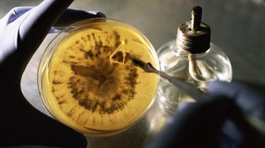 -At lade pengene styre forskningen fører til forspildte muligheder, og i værste fald til middelmådighed,- skriver nobelpristager Jens Chr. Skou. Hvis bevillingssystemet i 1950'erne havde været som i dag, havde han næppe opdaget Natrium-kalium-pumpen i kroppens celler, mener han. Den opdagelse fik han i 1997 Nobelprisen for.