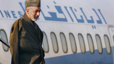 Den afghanske præsident, Hamid Karzai (billedet), står over for en hård opgave. Men det gør NATO også. Det er nemlig på høje tid, at NATO-landene vedtager en fælles strategi med en massiv forøgelse af civil og militær hjælp til det hærgede Afghanistan, skriver Joschka Fischer.