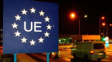 Det er centralt at huske, at alle kontinenter, grænsedragninger og nationaliteter er menneskeskabte konstruktioner og illusioner, skabt for at samle, men i ligeså høj grad for at dele mennesker. Det gælder i høj grad for det afgrænsede fællesskab vi kalder Den Euroiske Union. Her grænsen til Polen fra den ukrainske side.