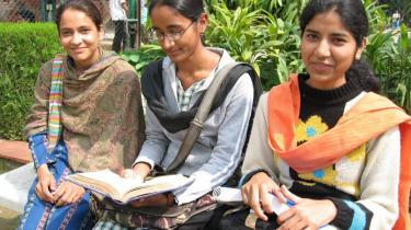 Shahana Pasveen (th.) er mere interesseret i en karrierei bankverdenen end i mand og børn.
