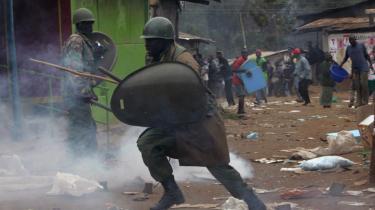Kampklædt politi blev sat ind mod stenkastende oppositionstilhængerei Nairobis slumkvarterer.