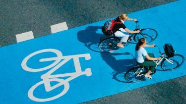 Står det til den københavnske teknik- og miljø borgmester Klaus Bondam (R) skal bilerne væk fra hovedstadens 'brogader'. Men de borgerlige partier vil hellere bekæmpe trafikpropperne ved at bygge tunneler under Rådhuspladsen