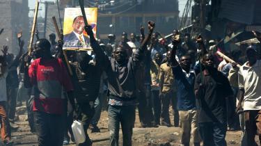 Tilhængere af oppositionskandidaten Raila Odinga raser i Nairobis gader over den formodede valgsvindel ved valget i sidste uge. Internationale mæglere søger at få en dialog i gang mellem Odinga og den genindsatte præsident Mwai Kibaki. Dagen i dag kan blive afgørende for, om Kenya står over for forsoning eller kastes ud i etniske uroligheder.
