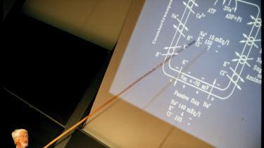 Professor Jens Chr. Skou modtog nobelprisen i kemi i 1997 og er her i gang med en festforelæsning ved Aarhus Universitet. Udover Jens Chr. Skou, tæller de nulevende danske nobelprismodtagere Aage Niels Bohr (f. 1926) og Ben R. Mottelson (f. 1922), der i 1975 delte nobelprisen i fysik med amerikaneren James Rainwater (1917-1986).