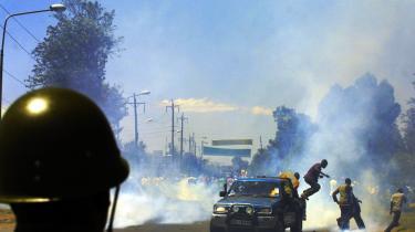 Tilhængere af oppositionslederen Raila Odingas parti springer ned fra ladet af en pick-up, mens tåregassen driver hen ad gaden. Konflikten i Kenya har indtil nu kostet over 300 mennesker livet, og over 100.000 er drevet på flugt som følge af etnisk vold.