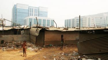 Modsætninger mødes. I Indiens hovedstad, Delhi, bor rig og fattig side om side. Forskellen er bare, at de rige har hegnet sig ind, bor i moderne lejligheder med vand og elektricitet, mens de fattige huser sig i blikskure lige uden for de riges -kolonier-.