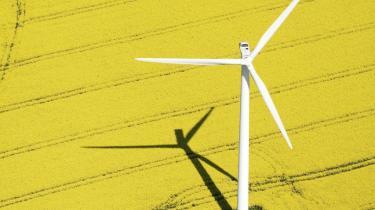 For et år siden fremlagde regeringen sin såkaldt 'langsigtede energipolitik'. Forhandlingerne kom sent i gang, og så kom valget, og alt gik igen i stå. Et år er gået, uden at Danmark har fået sin ny energipolitik. Det mærkes også ude i landet, hvor der i det forgangne år f.eks. ikke kom flere, men tværtimod færre vindmøller og mindsket produktionskapacitet.