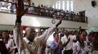 I protestantiske, katolske og andre kirker blev der søndag i hele Kenya afholdt bønner om fred og stilhed for de døde. Her i The International Christian Church i Nairobi.
