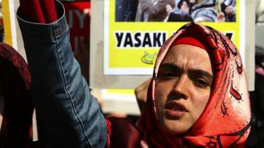 Den tyrkiske regering overvejer at ophæve forbuddet mod brug af hovedtørklæder på landets universiteter. Religiøse grupper har tidligere demonstreret mod tørklædeforbuddet, mens andre tyrkere frygter, at regerings-partiet AKP har skjulte motiver og hemmelige planer om at omskabe den sekulære republiks grundlag.