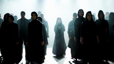 Veronika Kær overhælder tilskueren med Lorcas -Blodbryllup- gennem lys og røg og sang og støv. I midten står Rebekka Owe som gudinden, der kender alle ofrene på forhånd - og som synger smerten ind i kroppen på tilskueren.