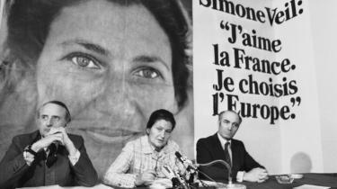 Valgkamp i 1979, da Simone Veil blev den første præsident for Europa-Parlamentet. Hendes liv og karriere har været så usædvanligt, at hun i dag står som det største levende ikon for franske kvinder af alle aldre.