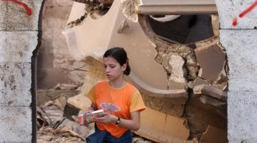 Had. I sit nye essay nævner Monica Papazu en række forbrydelser begået af albanere i Kosovo mod civile serbiske mål. På dette billede fra urolighederne i 2004 går en etnisk albansk pige under ordene 'død over serbere' i ruinerne fra det serbisk-ortodokse kloster i byen Prizren i det sydlige Kosovo.