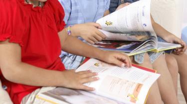 Bøgerne er på vej ud af bibliotekerne, og snart kan børn ikke læse længere, men tegnaflæse og tegnproducere. Model