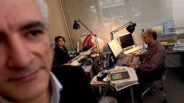 ROJ-tvs generaldirektør, Manouchehr Tahsili Zonoozi, (i forgrunden) er ved at være træt af at skulle forsvare sig: -Vi er vant til, at de tyrkiske medier kommer med falske nyheder, og vi orker næsten ikke at svare på den her også,- sagde han i går efter anholdelsen af en mand, tyrkisk politi påstår er grundlægger af ROJ-tv.