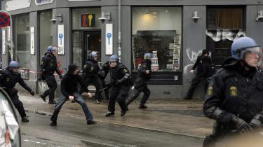 Efter politiets rydning af Ungdomshuset på Jagtvej den 1. marts sidste år var der utallige demonstrationer og optøjer. Mange blev anholdt undervejs, og nu er 21 af de anholdte for retten, anklaget for at have deltaget i urolighederne. Spørgsmålet er, om de var tilskuere, demonstranter eller medløbere og deltagere i urolighederne. Arkiv