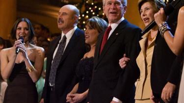 Dr. Phil. Tv-stjernen er højreorienteret på den skingre måde, men han er bragende god underholdning. Her er han til juleshow med blandt andre - ja, George W. Bush.