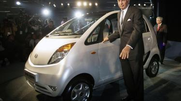 Ratan Tata præsenterer det, der kan blive indernes folkevogn: En Tata Nano til bare 2.500 dollar.