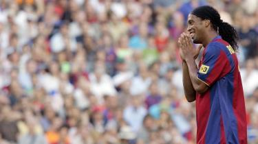 Gulddrengen. Det kan godt være, at Ronaldinho -eller bare Ronnie -har ligget på den lade side på det seneste. Ofte er han, som det hedder på de kanter, -syg eller ude at fiske-. Men han er stadig guld værd for FC Barcelona, ikke mindst med hensyn til navn, trøjesalg og branding value.