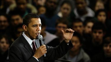 Forsoner. Barak Obama mener det, når han afstår fra personangreb i den igangværende amerikanske valgkamp. Ikke alene ønskede han Hillary Clinton tillykke med sejren over ham i Iowa, han betegnede også hendes sejr som en -fantastisk bedrift-.