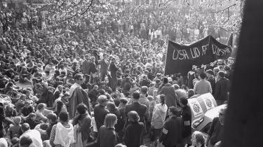 Som Bent Blüdnikow ser det, er det væsentligste budskab i forhold til Blekingegadebanden, at der var tale om en bevægelse og ikke bare 10 gale mennesker i en pervers afsides gruppe. Og det perspektiv mangler i Peter Øvig Knudsens bøger om banden, mener Blüdnikow. Billedet er fra en demonstration imod Vietnam-krigen foran USA-s ambassade i København den 28. april 1968.