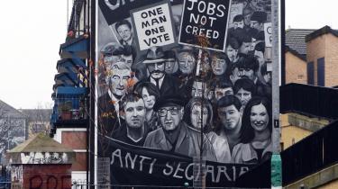 En vægmaleri viser en af historierne om konflikten i Nordirland. I arbejderkvarteret Bogside i byen Derry slår de på, at det oprindeligt var en kamp for bedre rettigheder.