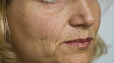 Regeringen vil overveje at øge bistanden, sagde udviklingsminister Ulla Tørnæs i går i Folketingssalen. Dermed nedtoner ministeren de mål for regeringens udviklingsbistand, som blev fremsat i regeringsgrundlaget