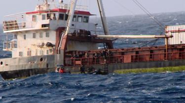 Når et skib bliver kapret, som Danica White blev i juni 2007, må skibsassistenter og kokke sejle deres egen sø. Der er ikke nogen myndighed, der overtager ansvaret for besætningsmedlemmerne, når hverken skibsrederen eller skibsføreren er i stand til at løfte deres ansvar som arbejdsgiver.