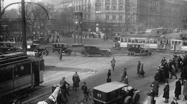 Potsdamer Platz, 1925. Det grænseoverskridende Berlin er centralt i Francks roman, hvor de to søstre Martha og Helene oplever 1920'ernes dekandence, ikke mindst Martha, der udlever sin hang til kvinder og kokain.