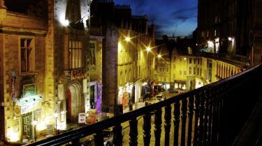 Edinburgh. Kriminalkommissær Rebus 'elskede centrum ved nattetid med taxaer og dinglende fodgængere, det varme natriumlys fra gadelygterne, de mørke butikker, gardinerne i lejlighederne'. Med sine kriminalromaner har Ian Rankin fået placeret Edinburgh solidt på verdenskortet.