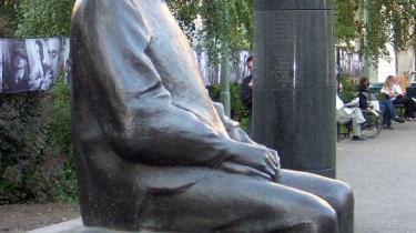 En statue af Bertolt Brecht - ej i -Laser og Pjalter-, men i Bronze foran Theater am Schiffbauerdamm i det gamle Østberlin.