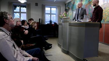 Mads Brögger og Nikolaj Thomassen (t.h.) fortalte i går på Testrup Højskole om deres overvejelser af skrivestilen og sproget i 'Grænselandet'.