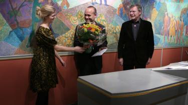 -Det betyder utrolig meget for mig, at jeg også får en pris for at have fortalt historien godt-, siger Peter Øvig Knudsen (i midten), der i går fik overrakt Montana-prisen for sine bøger om Blekingegadebanden.