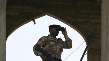 Mindst 47 blev dræbt, da oprørsstyrker onsdag erobrede en fæstning fra Pakistans hær. Ifølge præsident Musharraf og Washington står al-Qaeda bag den øgede vold i Pakistan, men alt tyder på, at oprøret omfatter mere end en enkelt organisation