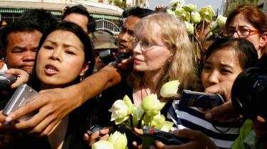 Den amerikanske skuespiller Mia Farrow og menneskerettighedsforkæmperen Theary Seng (nr. to fra venstre) var i går årsag til en del tumult, da de ville lægge hvide lotusblomster foran Pol Pots gamle torturfængsel, S-21, for at mindes ofrene for folkemordet i Cambodja.