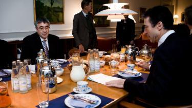 Grønlands landstyreformand, Hans Enoksen, tv. står for det meget nationale fokus og har ifølge iagttagere haft succes med at styre de grønlandske socialdemokrater i en mere liberal retning.