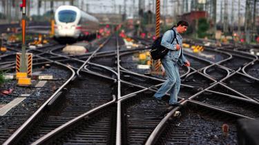 Mindstelønsdebatten raser i Tyskland. De tyske lønninger har i mange år stået i stampe, og nu kræver de offentligt ansatte mere i løn. Lokomotivførerne har netop efter mange måneders strejke og ustabil togdrift forhandlet sig frem til lønstigninger på 8-11 procent.