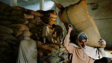 Mel og brød er blevet en mangelvare i Pakistan, fordi smuglere og hamstrere søger at slå mønt af rekordpriserne på hvede og derfor finder det mere profitabelt at sende hvede og mel ud af landet frem for at betænke de hjemlige behov. Præsident Musharraf beskyldes for at holde hånden over smuglerne og hamstrerne.
