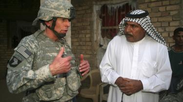 General David Petraeus hovedprincip for oprørsbekæmpelsen i Irak har været at skabe irakisk ejerskab og irakiske løsninger på irakiske problemer. Her ses han sammen med irakeren Assal Jassim under et besøg i landsbyen Jadihah nord for Bagdad.