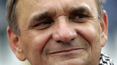Den krigsforbrydersigtede Branimir Glavas har forladt fængslet til fordel for en plads i parlamentet. Forfatteren Slavenka Drakulic ser en tavshedens konspiration vokse frem i Kroatien