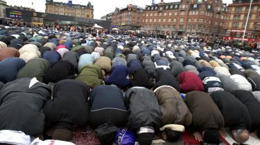 En fredag for nogle år siden lød det muslimske kald til bøn over Rådhuspladsen i København. Selv om det var en vindblæst, våd aprildag, syntes kulden ikke at påvirke de mange mennesker. En af de ting, der karakteriserede begivenheden, var tilhørernes etniske og aldersmæssige forskellighed, som tydeliggjorde den diversitet, der hersker blandt muslimer i Danmark. Arkiv