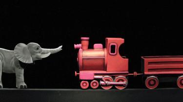 Et tog er rødt. En elefant er grå. Og verden er lige ved at blive opdaget gennem dukkemageren Poul Arne Krings barnerene designglæde.