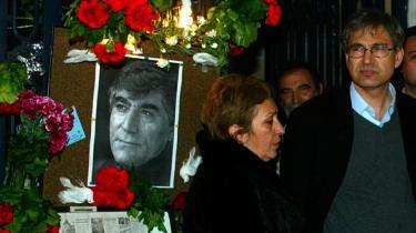 Den tyrkiske nobelprisvinder Orhan Pamuk (th.) på kondolencebesøg hos den armenske avis Agos, efter at journalist Hrant Dink blev slået ihjel . Samme gruppe som angiveligt slog Hrant Dink ihjel er nu anklaget for planer om også at ville likvidere Orhan Pamuk.