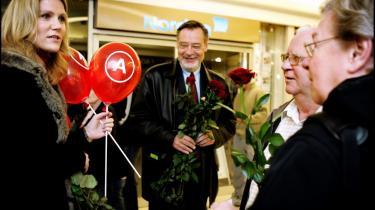 Ishøjs borgmester, Ole Bjørstorp (i midten), hjalp til, da Socialdemokraternes formand Helle Thorning-Schmidt førte valgkamp på sin hjemegn i Ishøj. Ole Bjørstorp opfordrer i forbindelse med Den Røde Skole Helle Thorning-Schmidt til at dreje Socialdemokraterne i venstre retning