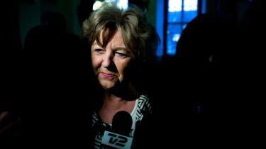Minister Birthe Johanne Sparrevohn Rønn Hornbech, som af stadig mere uransagelige grunde har skabt sig et ry som lige på og rank og uforfærdet og fuld af samvittighed, følger også reglerne. Det er en følge af at være minister; det bliver man ikke uden at tilsode luftvejene.